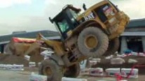 Fantastic Stunts With A Caterpillar 928 G Loader