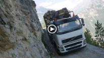 Logging Truck's Ultra Dangerous Cruise: Acrophobics Should Avoid!