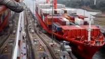 Accident in the Panama Canal: Container Ship Badly Damages the Mule and Scratches Itself