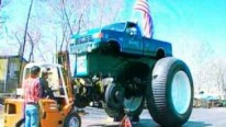 This Is How Bigfoot 5 Monster Truck's 10 Feet Tall Tires Get a Change