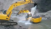 It's The Bath Time: The Way These Excavators Take Bath is Gonna Make Your Day!