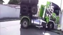 Huge Trailer Makes a Challenging U-Turn With an Ease!
