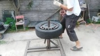Always Paddle Your Own Canoe: Ingenious Man Changes the Rims of Tires on His Own!