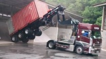 Japanese Style Unloading: Dump Truck Unloads in an Extraordinary Way!
